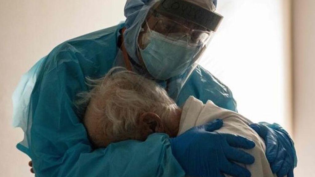 Un anciano de 85 años y hospitalizado con covid cede su cama a un joven para que sobreviva