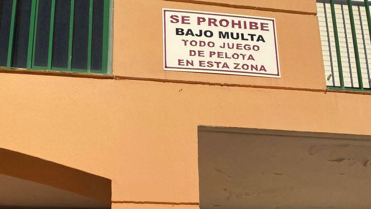 """""""Prohibido jugar a la pelota"""": los carteles que un instituto gaditano pide que se retiren de las calles"""