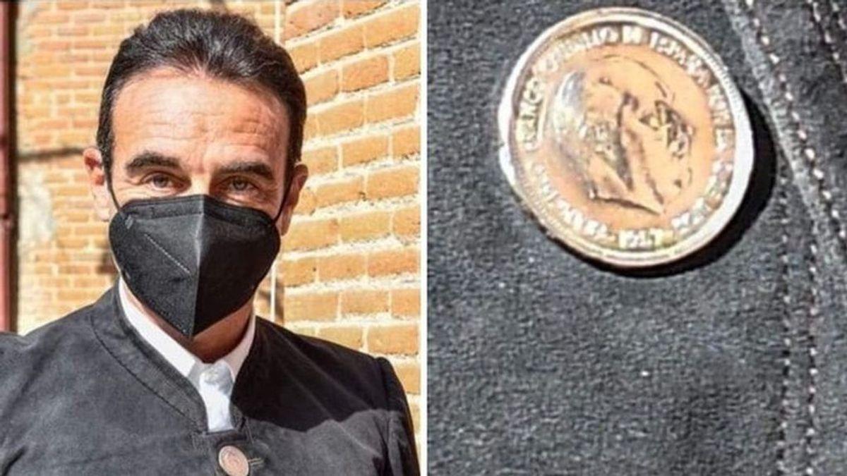 La chaqueta de Enrique Ponce con botones con la imagen de Franco levanta críticas en redes sociales