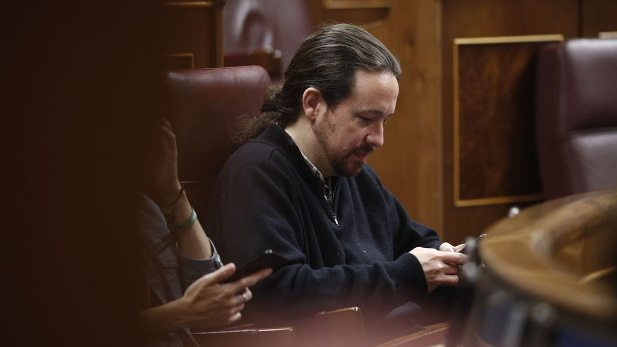 Pablo Iglesias utiliza su movil en el Congreso de los Diputados
