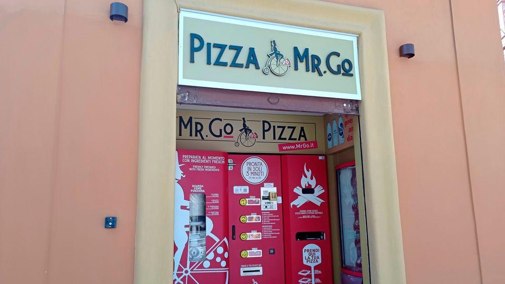 """El """"sacrilegio"""" de la pizza de máquina en Roma: los italianos, indignados por la expendedora Mr. Go Pizza"""