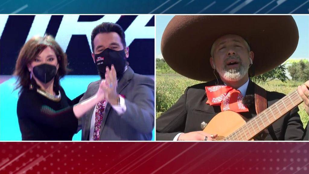 Marta Flich y Lago bailan agarrados mientras un mariachi canta una canción de amor a la presentadora
