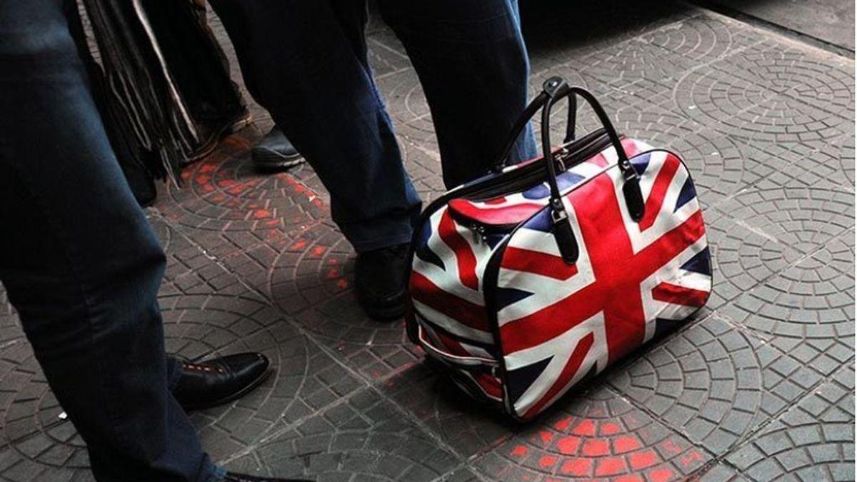 Reino Unido deja fuera a España de la lista verde para viajar al extranjero, pero incluye a Portugal
