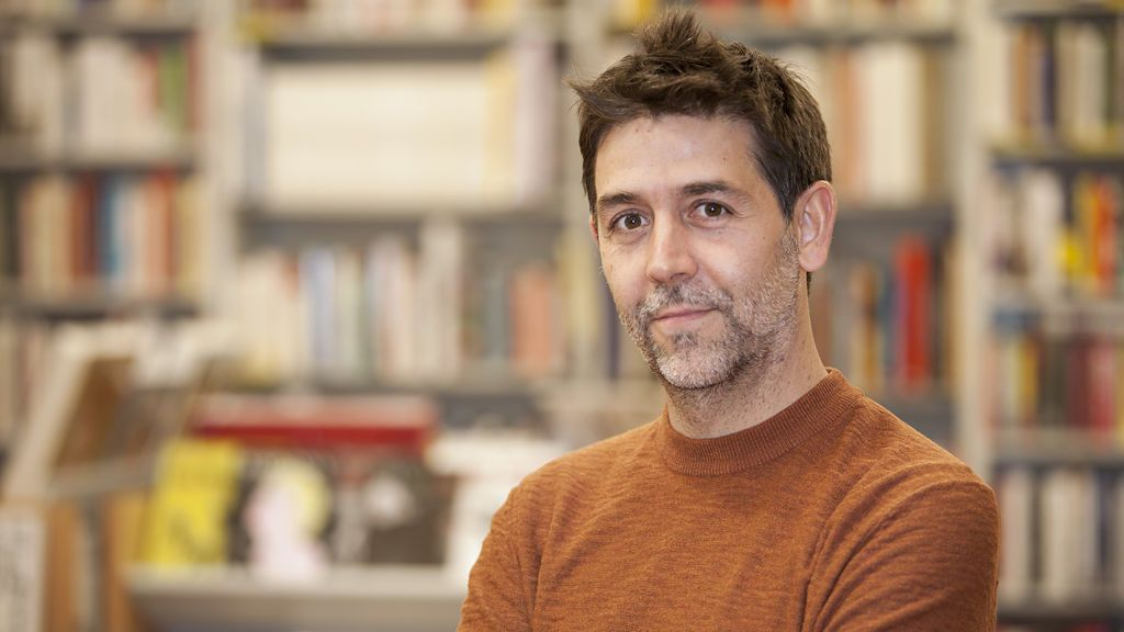 """Óscar Martínez, ensayista: """"Hay una línea que une el pantocrátor, Superman y un emoticono"""""""