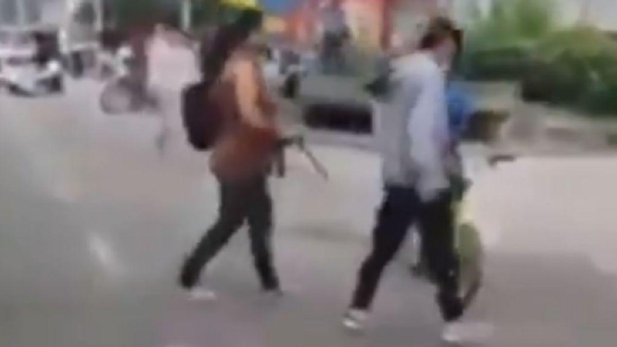 Una madre preocupada saca a su hijo de una protesta en Colombia a golpe de cinturón