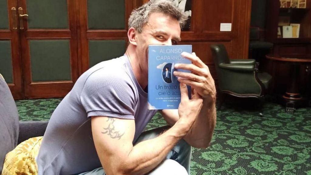 Alonso Caparrós, con su libro 'Un trozo de cielo azul'