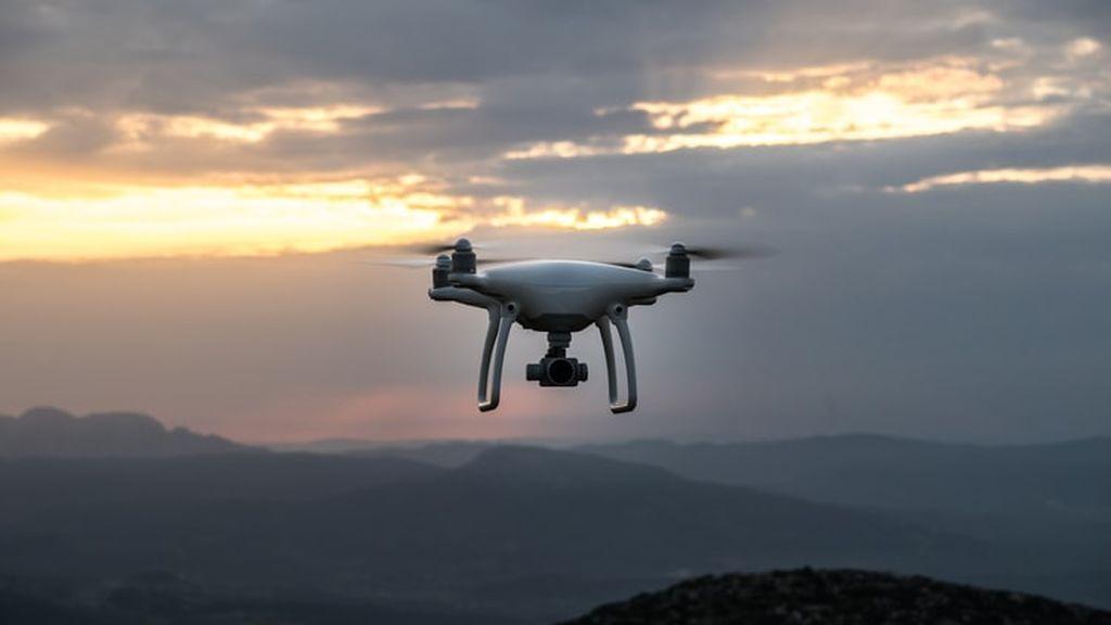 Emiratos tiene un plan para que llueva: utilizar drones para sembrar nubes artificiales