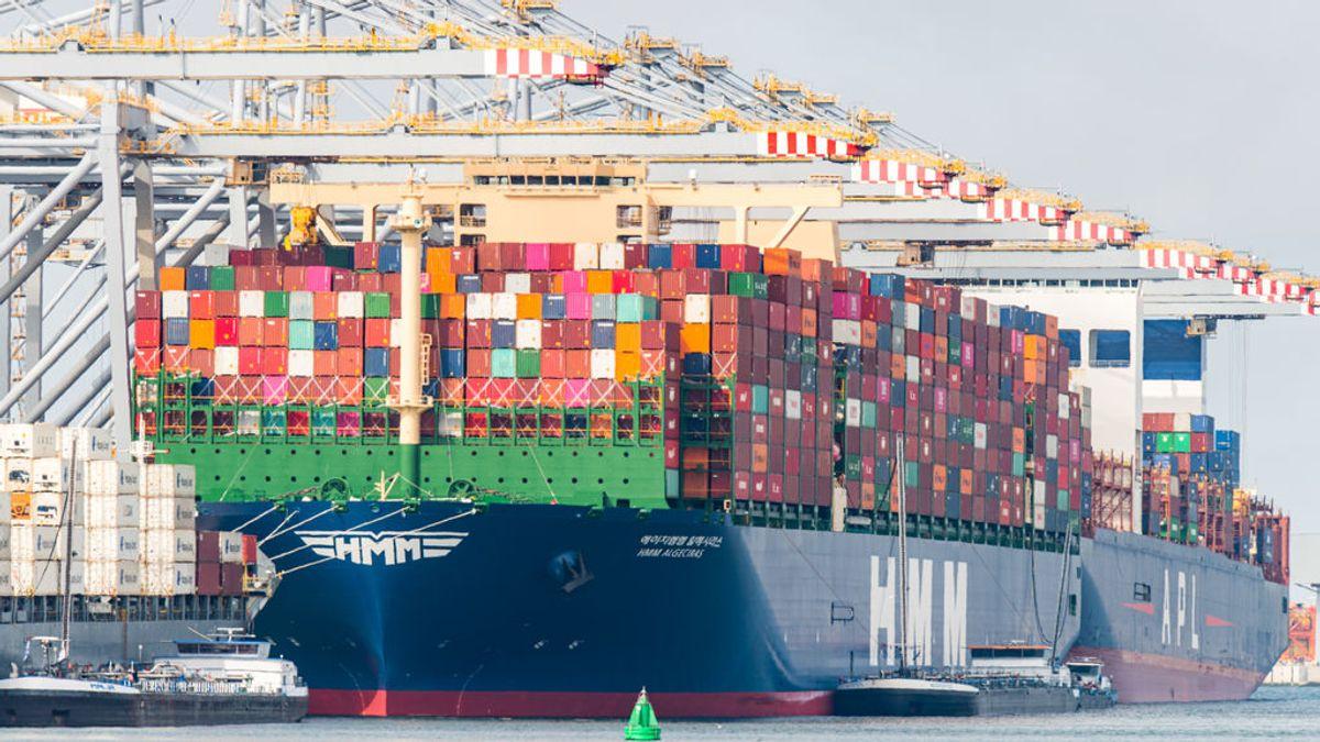 Buque portacontenedores atraca en el puerto de Rotterdam en junio de 2020