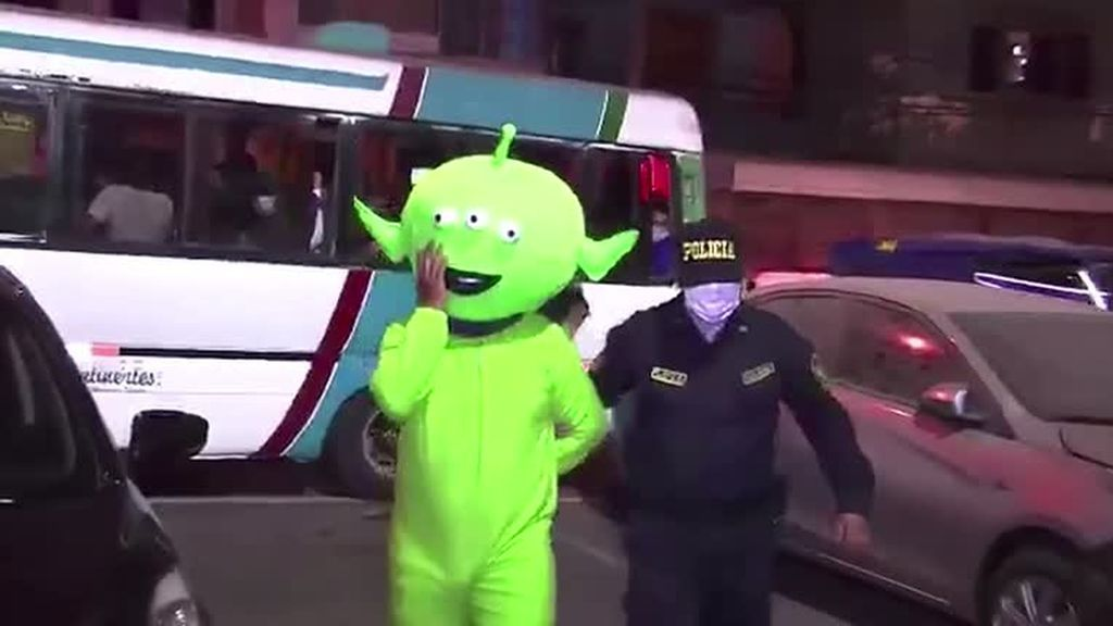 La policía detiene a un 'marciano verde' en una redada en un burdel en Perú