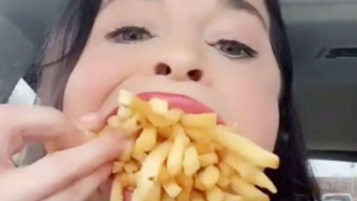 La mujer con la boca más grande del mundo se introduce entera una caja grande de patatas de McDonalds