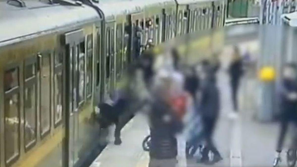 Un grupo de jóvenes tira a una adolescente a las vías del tren: agredieron y escupieron a varias amigas suyas