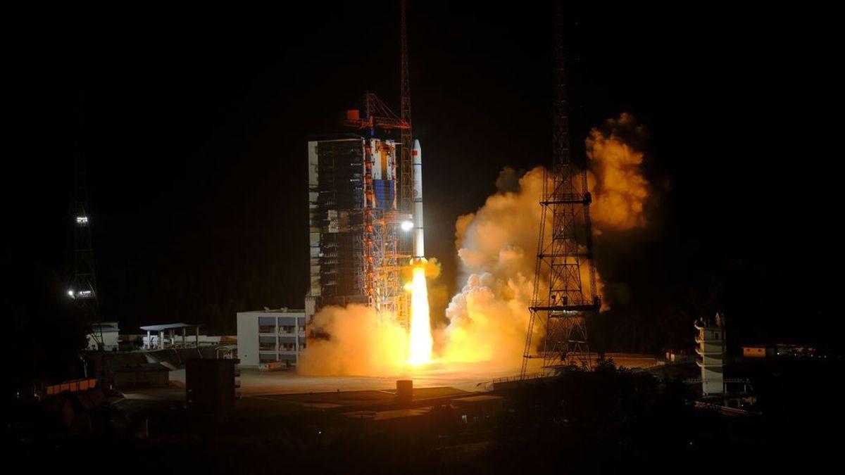 Los restos de un cohete pesado lanzado por China caen en el mar cerca de las Maldivas