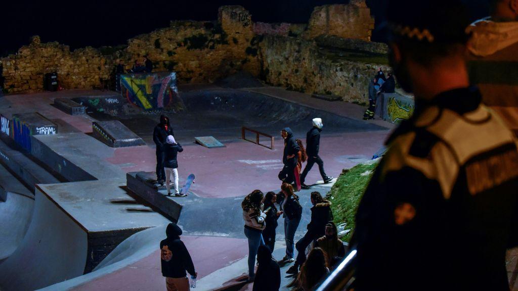 Miembros de la Ertzaintza y la Policía Municipal de Getxo controlan el acceso a la playa de Arrigunaga tras decaer el estado de alarma