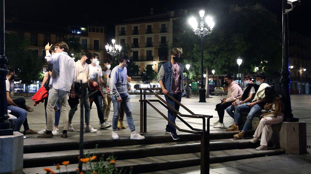 Varios jóvenes reunidos y en ambiente festivo en una calle de Toledo, durante la primera noche sin el estado de alarma