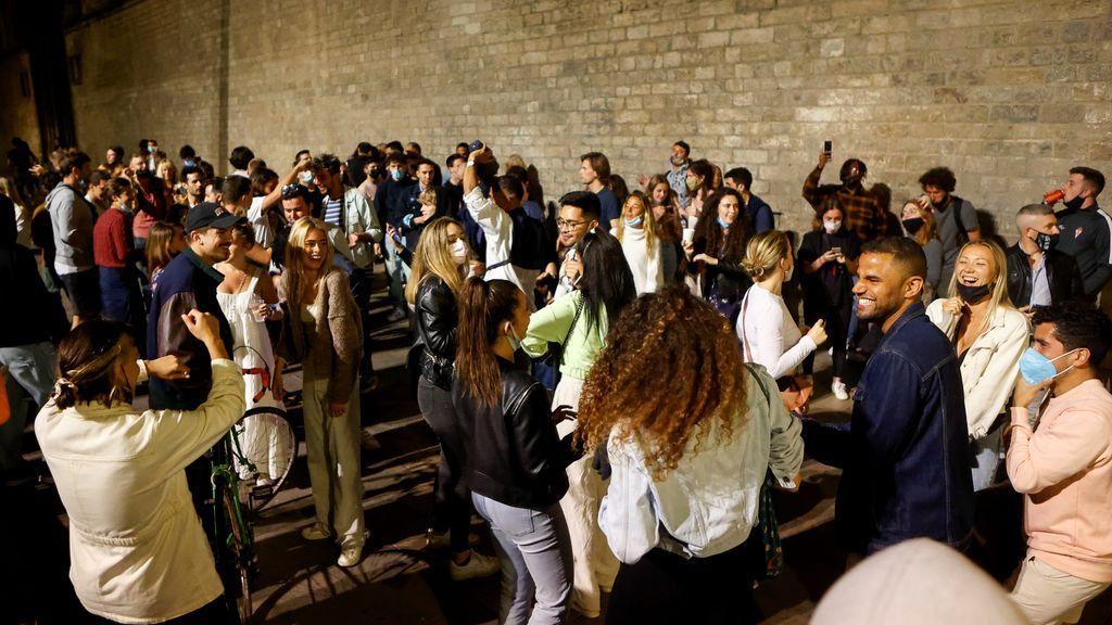 Cientos de jóvenes se concentran en el  Fossar de les Moreres en el barrio del Born, en Barcelona, tras el fin del estado de alarma