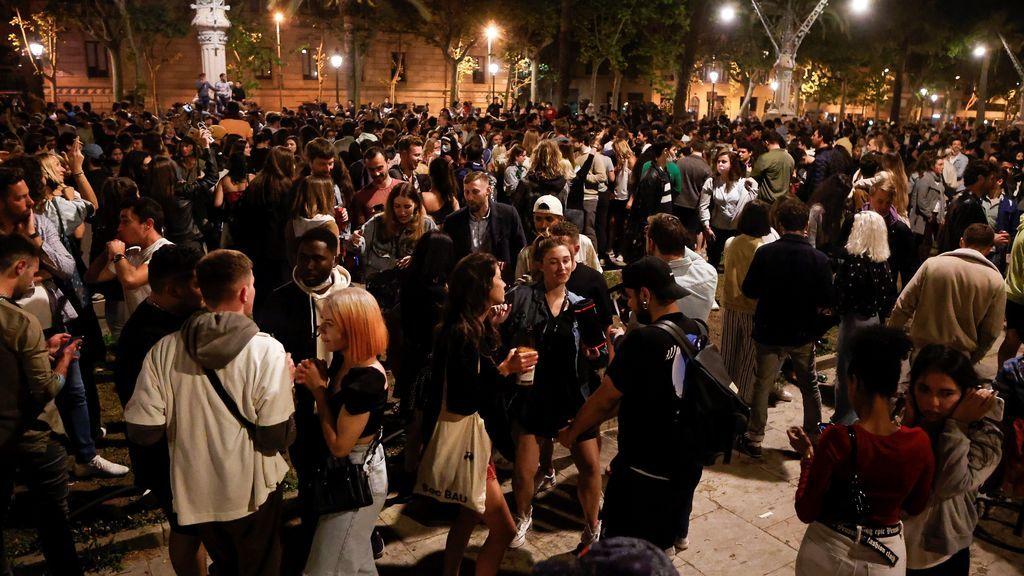 Cientos de personas se concentran en el Passeig Lluis Companys de Barcelona tras el fin del estado de alarma