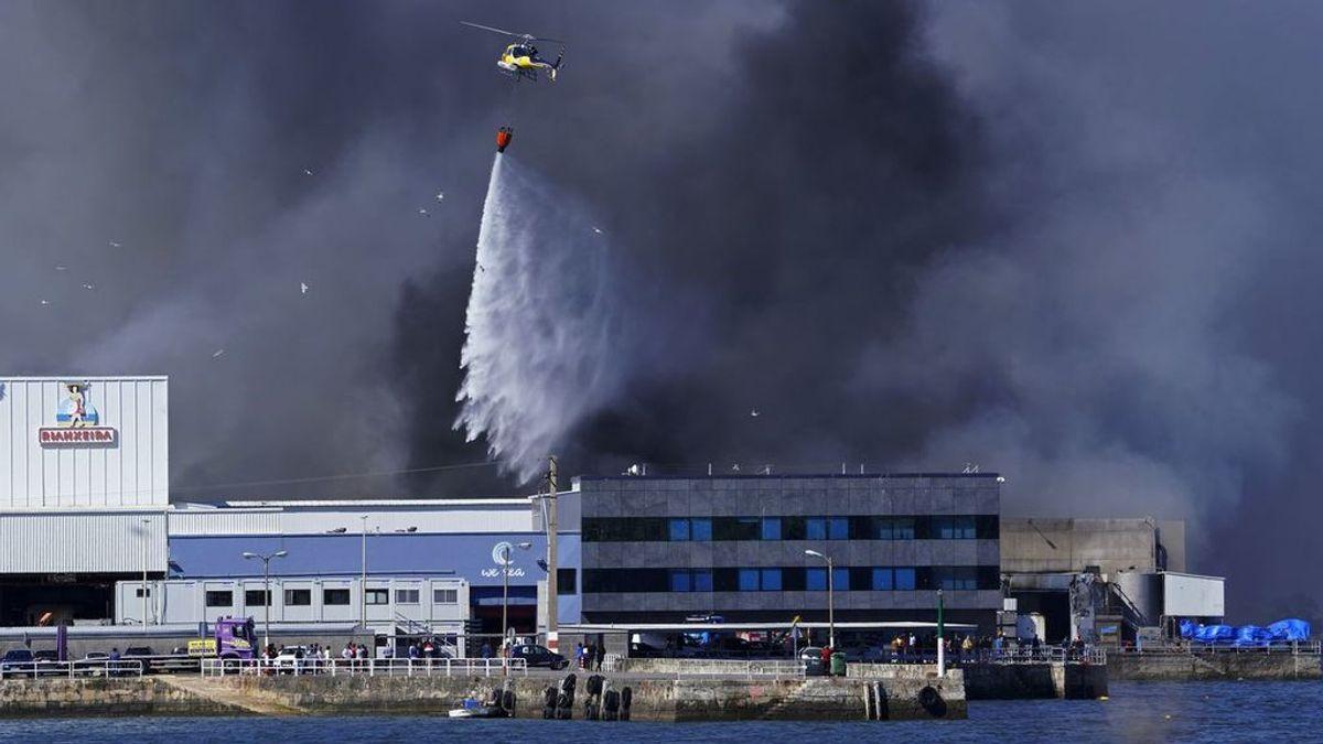 El incendio en la conservera de Boiro  (A Coruña) sigue controlado y desactivan el plan de emergencias