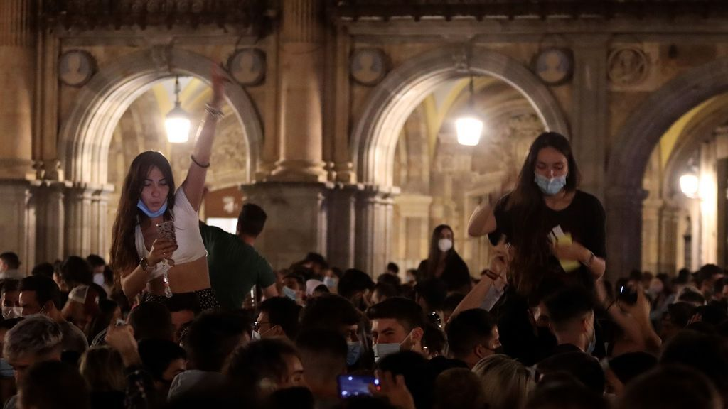 Varios jóvenes celebran en la Plaza Mayor de Salamanca el fin del estado de alarma