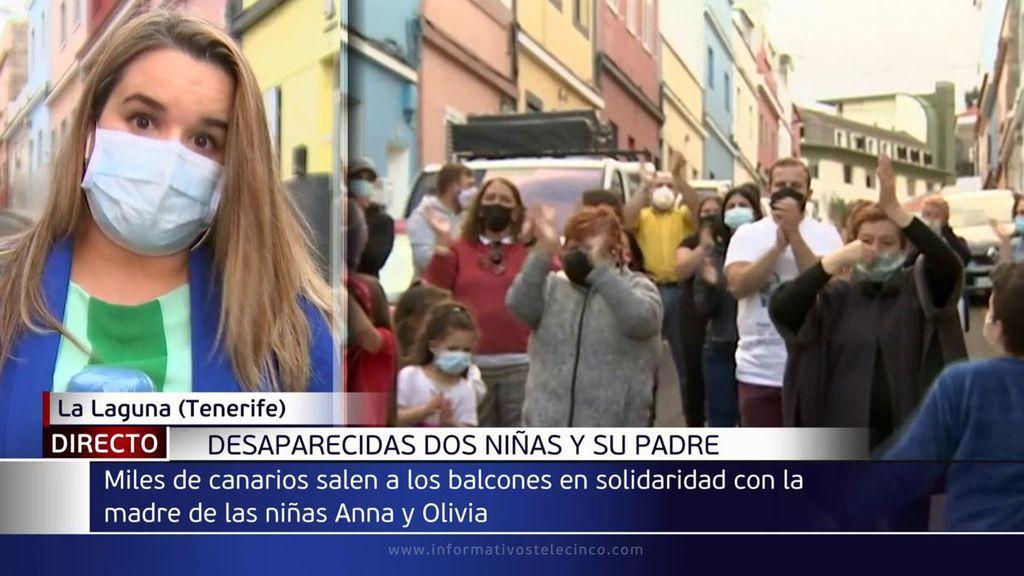 Aplausos, globos y pancartas por las niñas desaparecidas en Tenerife: piden a su padre que las devuelva