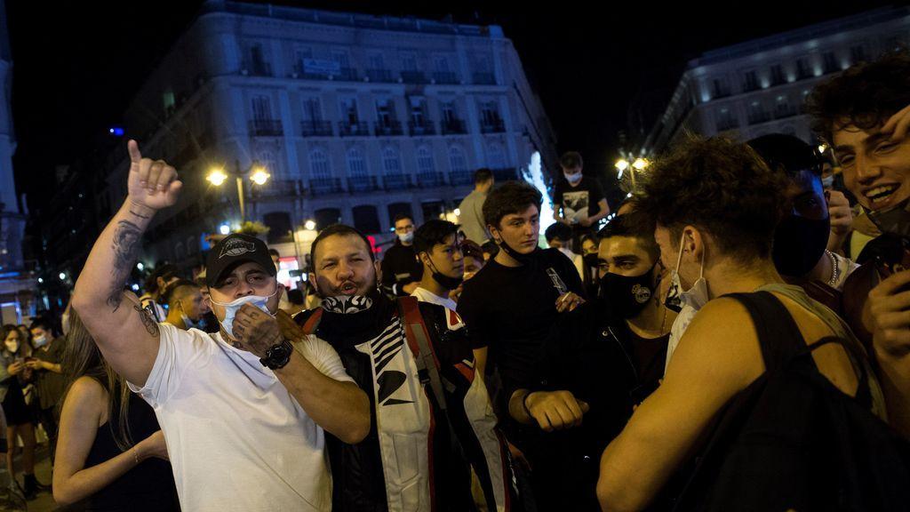 Varios jóvenes celebran en la Puerta del Sol de Madrid el fin del estado de alarma
