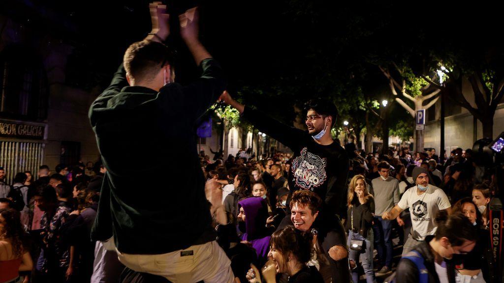 Decenas de jóvenes celebran junto al Passeig de Lluis Companys de Barcelona, el fin del estado de alarma en Cataluña