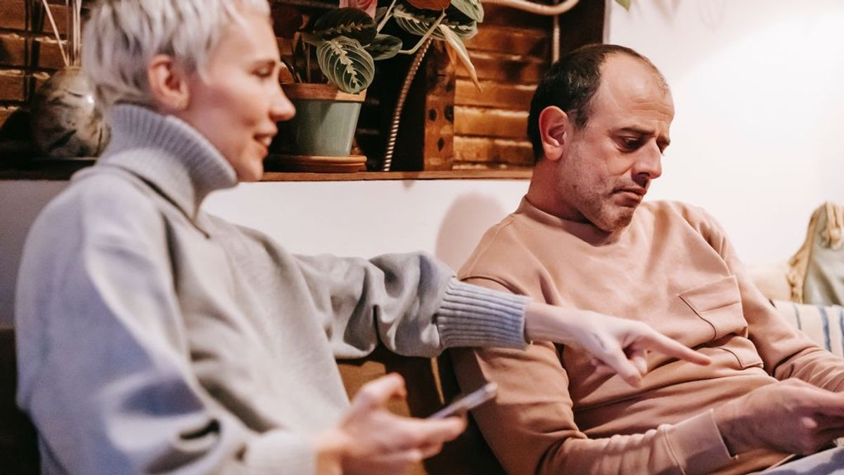 España, quinto país de Europa más espía: cómo detectar que tu pareja te está mirando el móvil