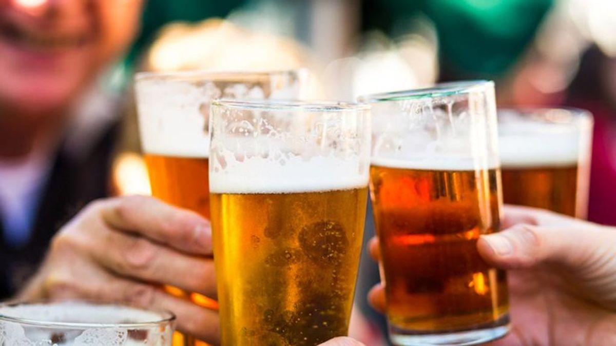 En Reino Unido, donde se han quedado sin cerveza, volverán los abrazos y los eventos multitudinarios