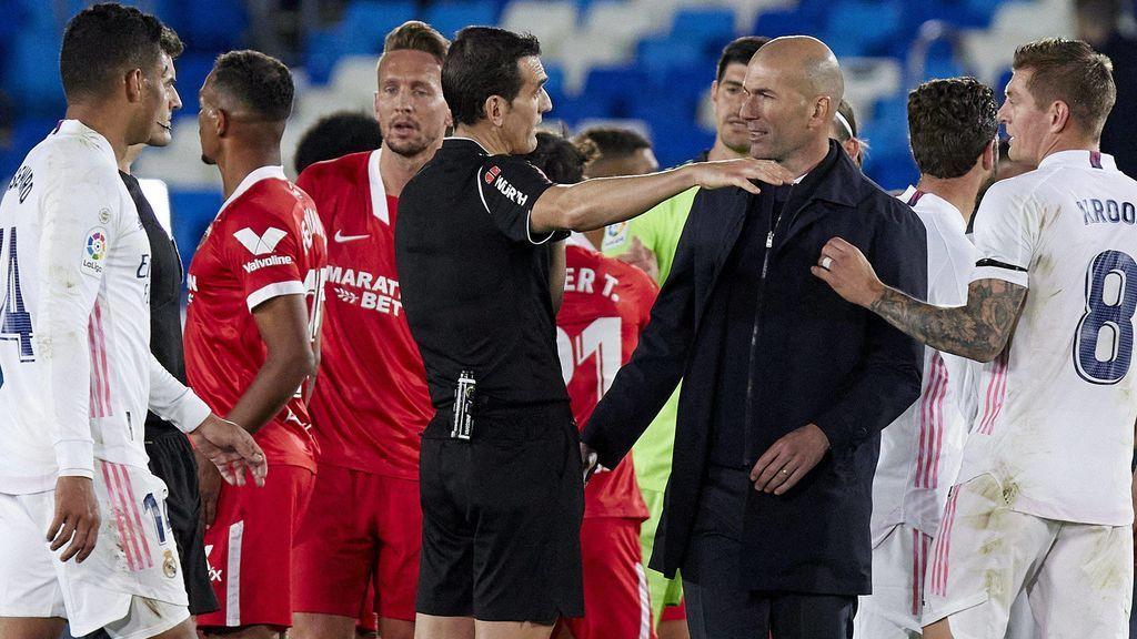 Zidane fue a hablar con el árbitro tras el partido.