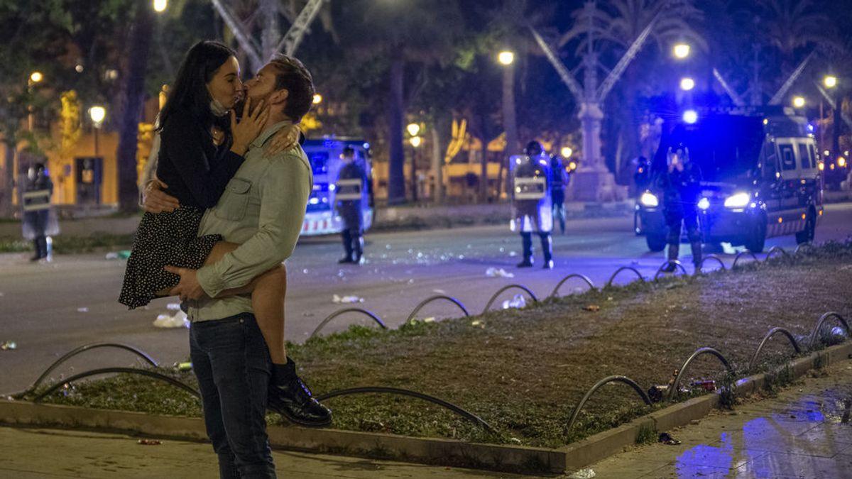 Una pareja se besa en una céntrica calle de Barcelona durante la primera noche sin el estado de alarma, a 9 de mayo de 2021, en Barcelona.