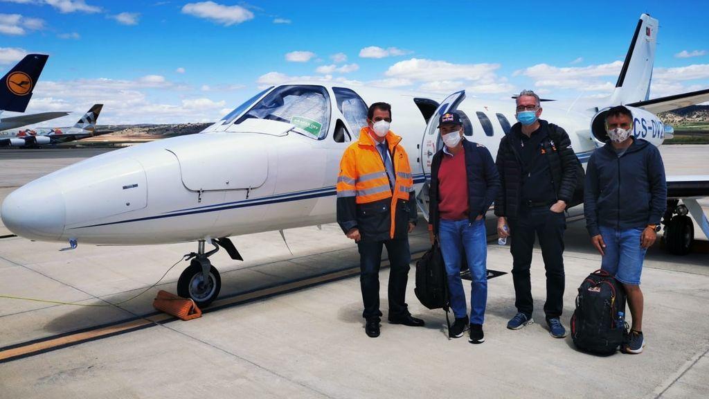 Sainz, segundo por la izquierda, junto al resto de viajeros del avión