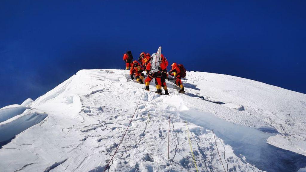 """China cierra su frontera nepalí en la cima del Everest para """"evitar los contagios de covid"""""""