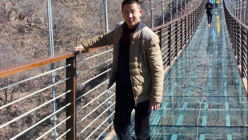 El turista colgado en el vacío abre el debate sobre el auge de los puentes de cristal en China