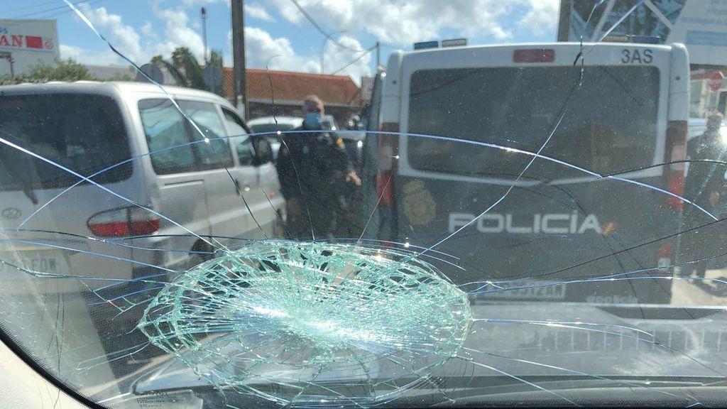 Un coche policial apedreado