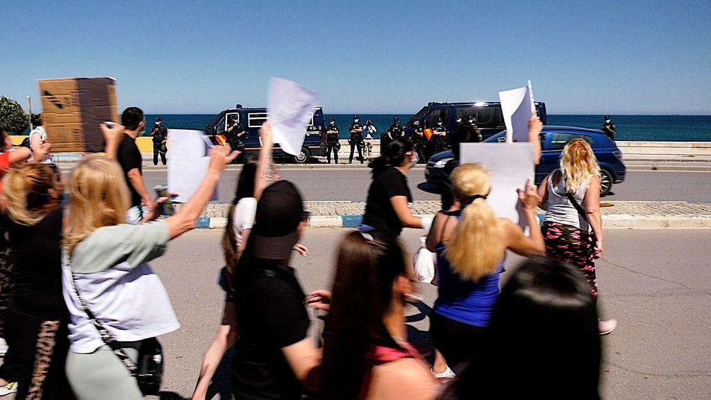 Los manifestantes pasan ante la policía