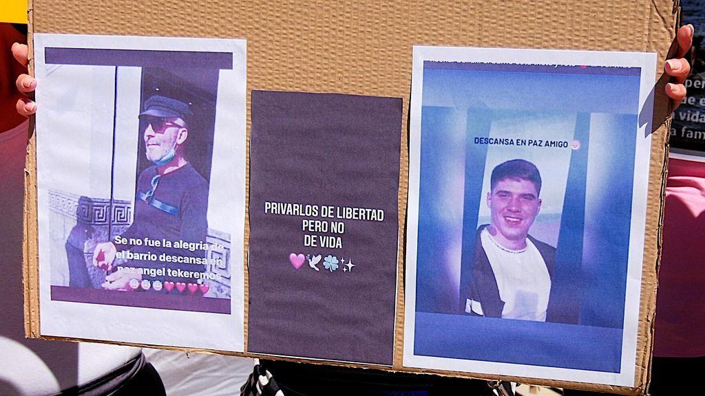 Un cartel con las fotos de los fallecidos