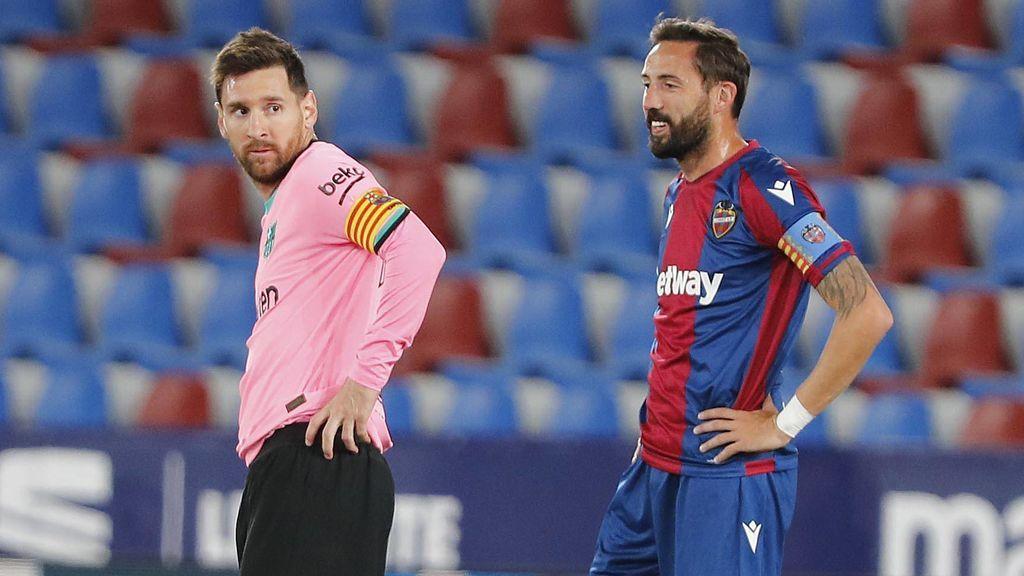 Messi, junto a Morales en un momento del Levante - Barcelona.