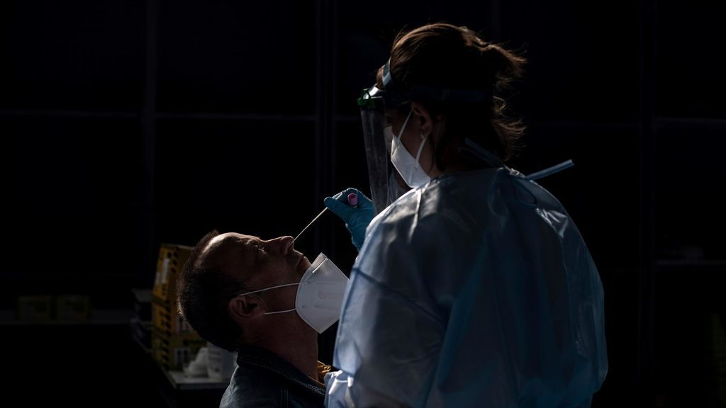 Una trabajadora sanitaria realiza una prueba PCR