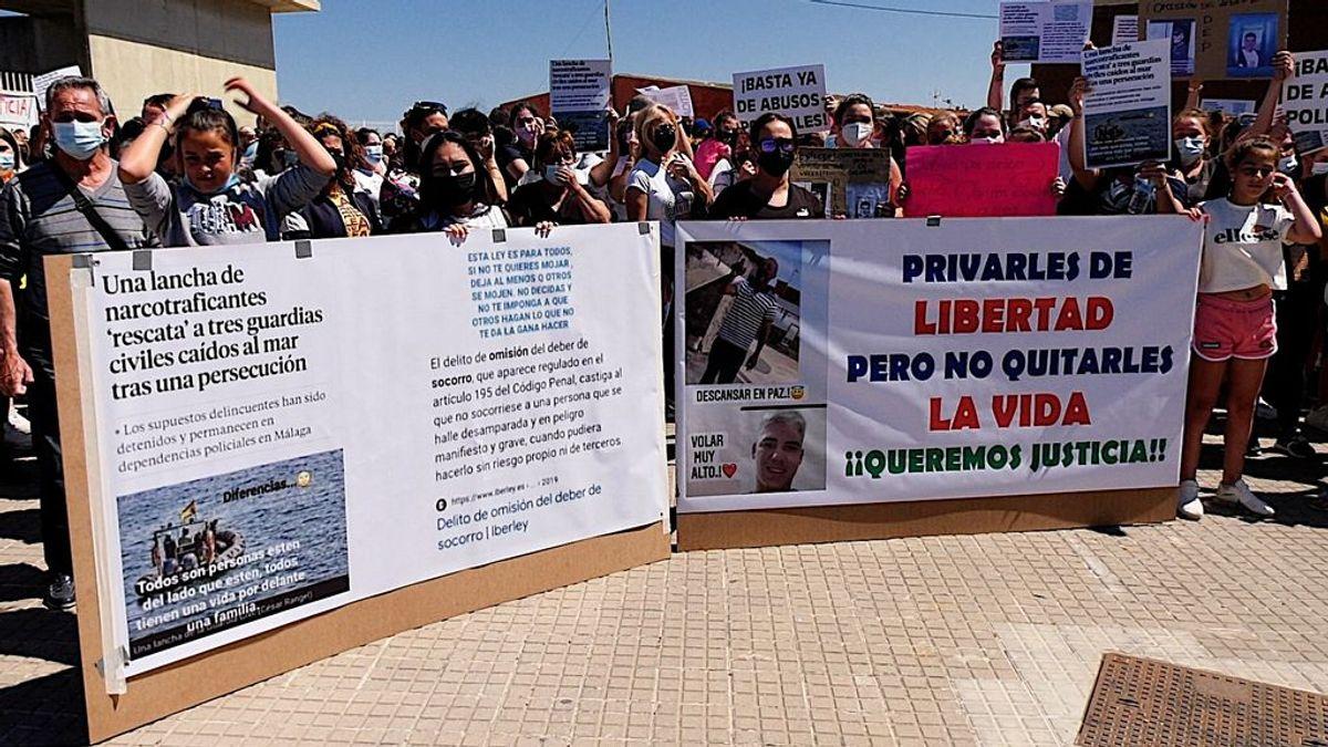 Familiares y vecinos protestan por la muerte de los dos hombres que se ahogaron en La Línea