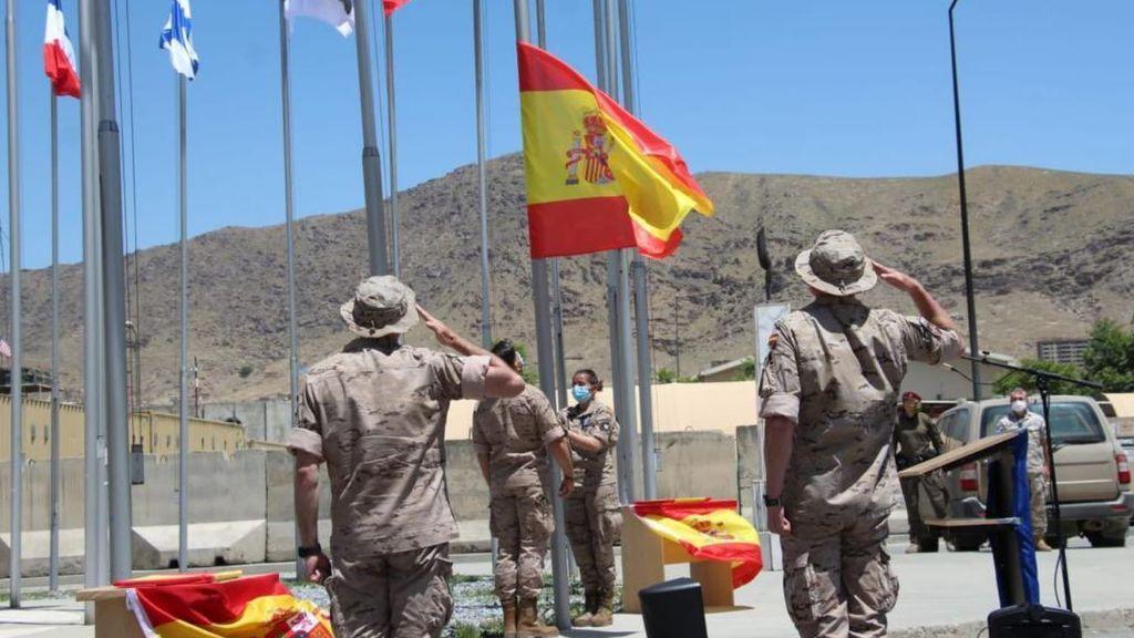 España arría su bandera en Kabul y los últimos militares salen del país, tras 19 años de misión
