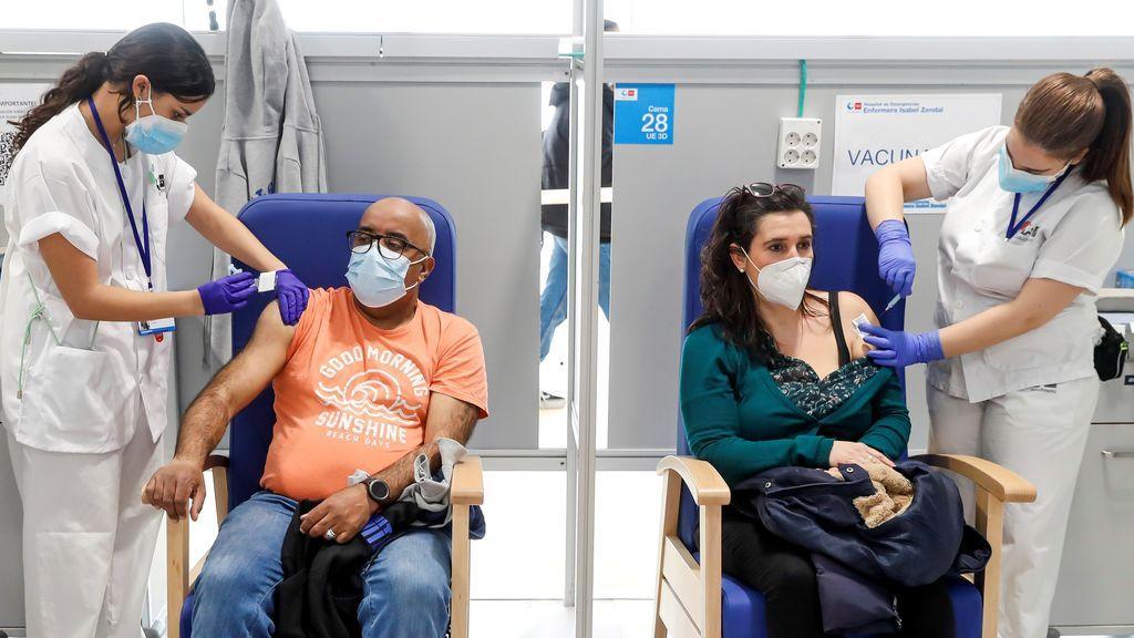 Los de 50 ya, los de 40 en junio y los de 30 en julio, así queda el calendario vacunal en España