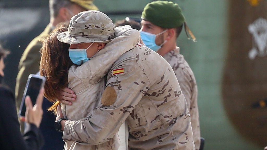 EuropaPress_3707915_soldado_abraza_mujer_acto_reconocimiento_personal_participante_misiones