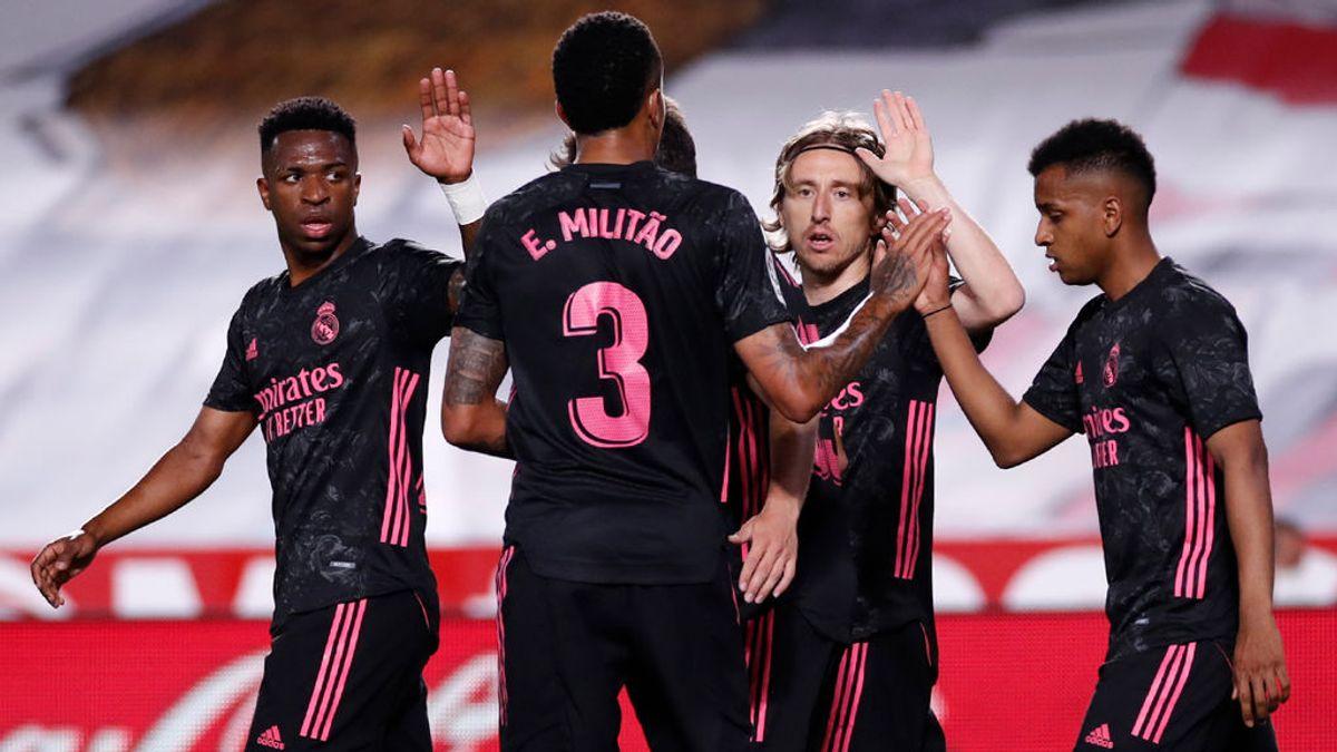 El Real Madrid cumple ante el Granada y mantiene vivas sus opciones de ganar la Liga (0-2)