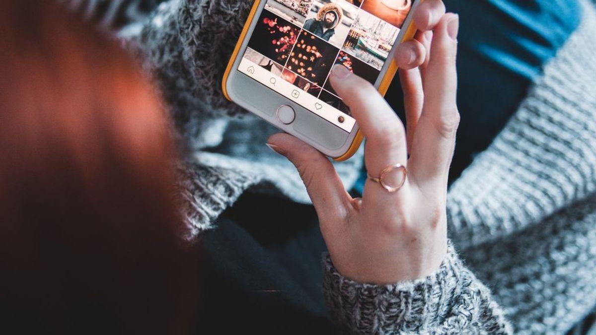 Chica mirando Instagram