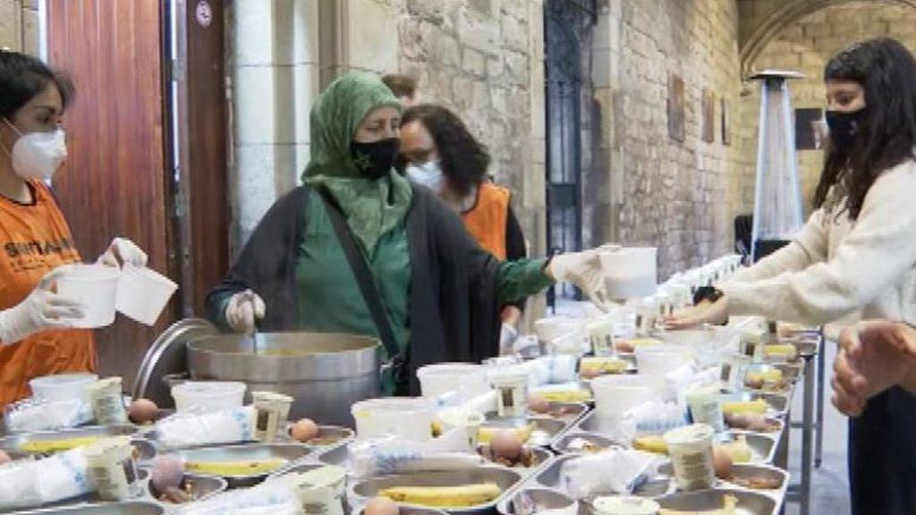 Una iglesia de Barcelona sirve la cena de ramadán a personas necesitadas