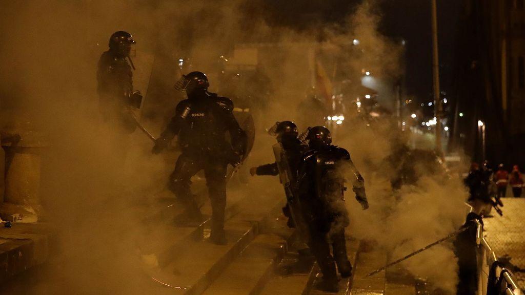 Miembros del ESMAD se enfrentan con manifestantes durante las protestas en Colombia
