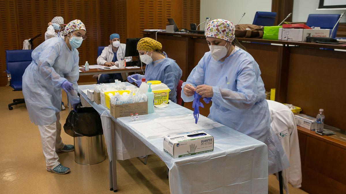 EuropaPress_3586886_varias_profesionales_sanitarias_preparan_administrar_vacuna_astrazeneca
