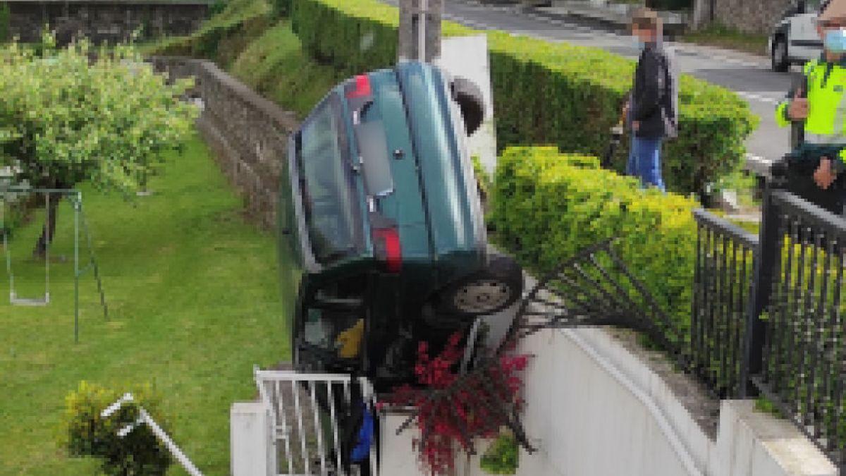 Investigan a un menor por hurtar el coche de una amiga, conducirlo ebrio y precipitarse con él a una finca