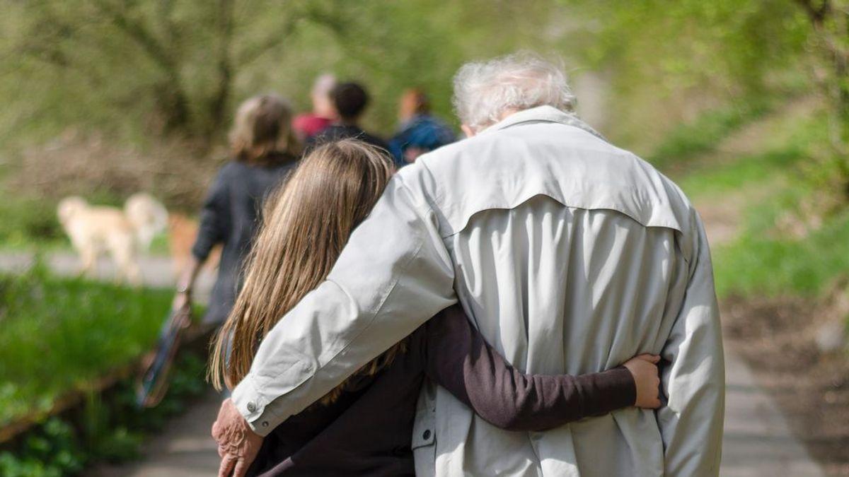 """El tierno 'soborno' de un abuelo a su nieta para que le visite con más frecuencia: """"Tarifa, beso + abrazo"""""""