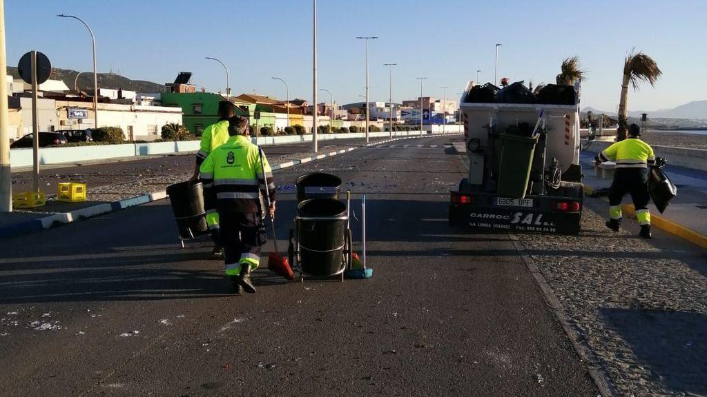 Trabajadores municipales retiran los restos de los disturbios