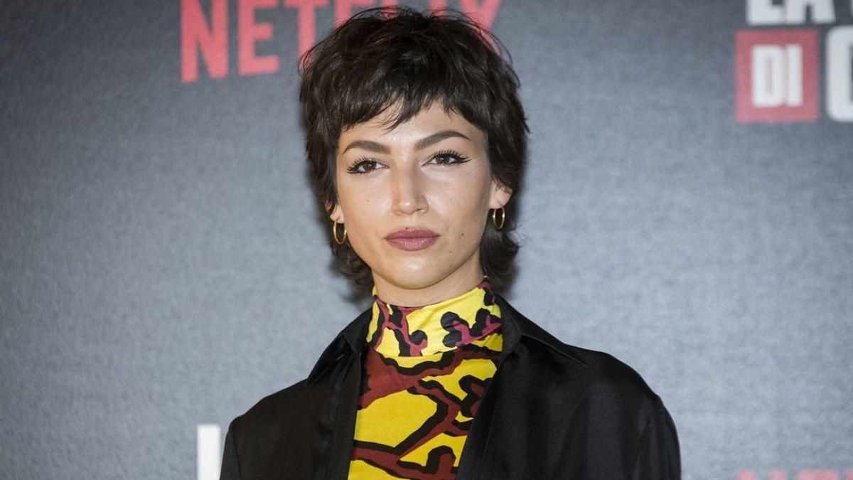 Úrsula Corberó da el salto a Hollywood con un papel de villana: gafas de pasta, traje de cuero y corte mullet